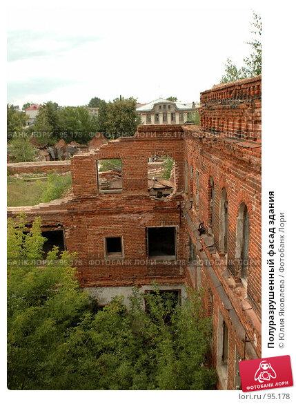 Купить «Полуразрушенный фасад здания», фото № 95178, снято 9 августа 2006 г. (c) Юлия Яковлева / Фотобанк Лори