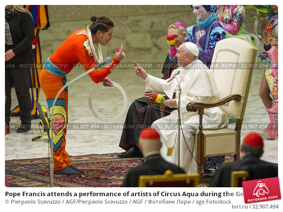 Pope Francis attends a performance of artists of Circus Aqua during the General audience, Paul VI Hall, Vatican City, ITALY-08-01-2020 Journalistic use only. Редакционное фото, фотограф Pierpaolo Scavuzzo / AGF/Pierpaolo Scavuzzo / AGF / age Fotostock / Фотобанк Лори