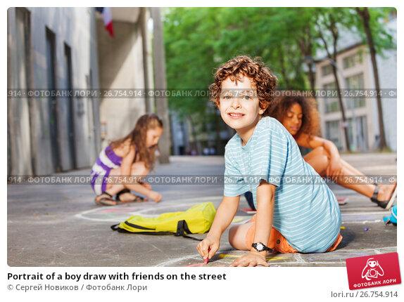 Portrait of a boy draw with friends on the street, фото № 26754914, снято 17 июня 2017 г. (c) Сергей Новиков / Фотобанк Лори