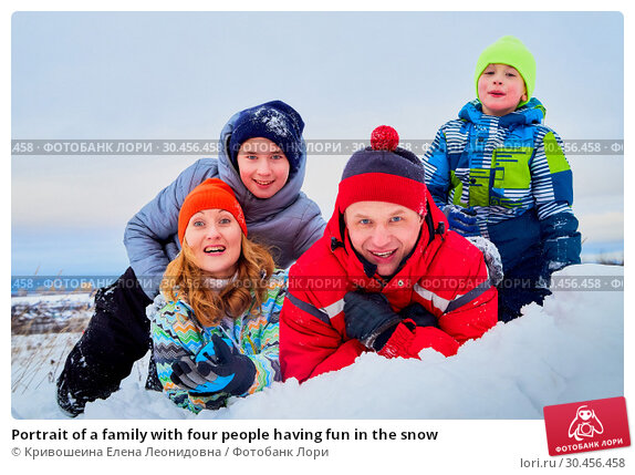 Portrait of a family with four people having fun in the snow. Стоковое фото, фотограф Кривошеина Елена Леонидовна / Фотобанк Лори