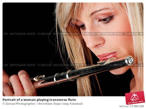 Девушка играет с флейтой фото ню