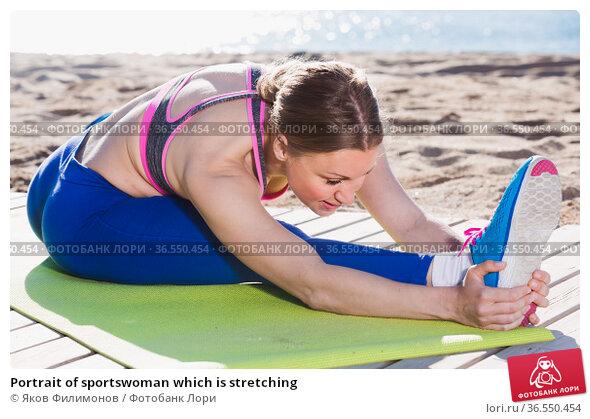 Portrait of sportswoman which is stretching. Стоковое фото, фотограф Яков Филимонов / Фотобанк Лори
