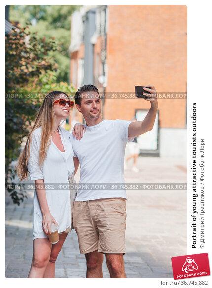 Portrait of young attractive tourists outdoors. Стоковое фото, фотограф Дмитрий Травников / Фотобанк Лори