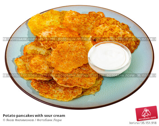 Potato pancakes with sour cream. Стоковое фото, фотограф Яков Филимонов / Фотобанк Лори