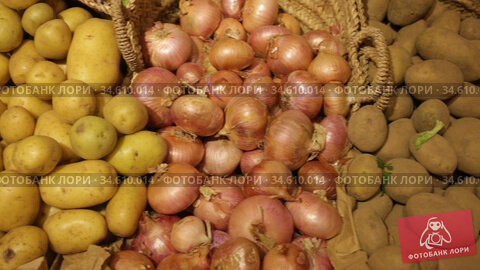 Potatoes and onion in crates and baskets at the grocery store. Стоковое видео, видеограф Яков Филимонов / Фотобанк Лори