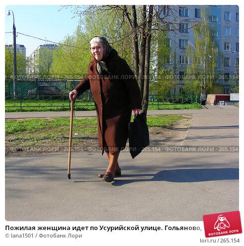 Пожилая женщина идет по Усурийской улице. Гольяново, Москва, эксклюзивное фото № 265154, снято 28 апреля 2008 г. (c) lana1501 / Фотобанк Лори