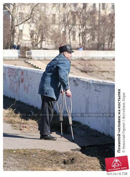 Пожилой человек на костылях, фото № 6738, снято 30 апреля 2006 г. (c) Николай Гернет / Фотобанк Лори