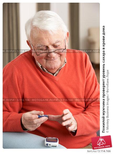 Купить «Пожилой мужчина проверяет уровень сахара в крови дома», фото № 3114166, снято 7 января 2011 г. (c) Monkey Business Images / Фотобанк Лори