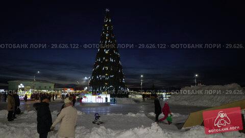 Купить «Праздничная городская новогодняя елка, дети катаются с ледяной горки», видеоролик № 29626122, снято 30 декабря 2018 г. (c) А. А. Пирагис / Фотобанк Лори