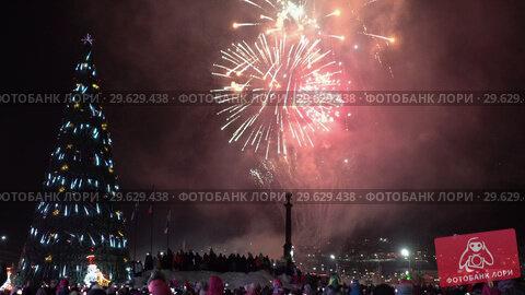 Купить «Праздничный салют в честь Нового года», видеоролик № 29629438, снято 1 января 2019 г. (c) А. А. Пирагис / Фотобанк Лори