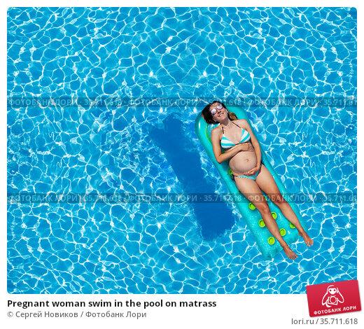 Pregnant woman swim in the pool on matrass. Стоковое фото, фотограф Сергей Новиков / Фотобанк Лори