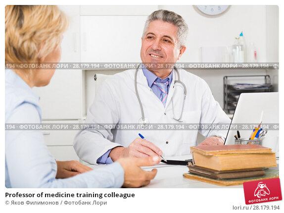 Купить «Professor of medicine training colleague», фото № 28179194, снято 23 июля 2019 г. (c) Яков Филимонов / Фотобанк Лори