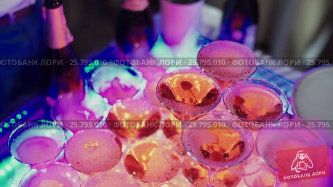Pyramid of champagne on party, видеоролик № 25795010, снято 14 марта 2016 г. (c) Алексей Макаров / Фотобанк Лори
