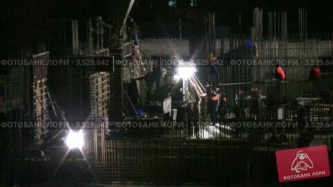 Купить «Рабочие на строительной площадке ночью», видеоролик № 3529642, снято 5 ноября 2008 г. (c) Losevsky Pavel / Фотобанк Лори