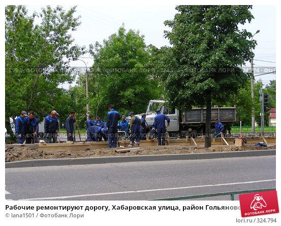 Рабочие ремонтируют дорогу, Хабаровская улица, район Гольяново, Москва, эксклюзивное фото № 324794, снято 9 июня 2008 г. (c) lana1501 / Фотобанк Лори