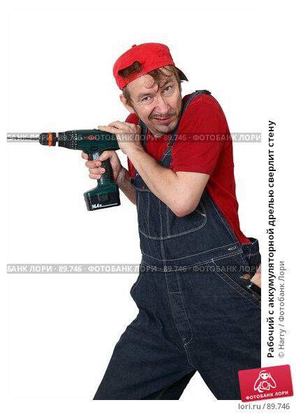 Рабочий с аккумуляторной дрелью сверлит стену, фото № 89746, снято 22 июня 2007 г. (c) Harry / Фотобанк Лори