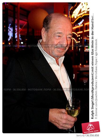 Ralph Siegel (Musikproduzent) mit einem Glas Wein in der Hand bei... Стоковое фото, фотограф Zoonar.com/Joachim Hahne / age Fotostock / Фотобанк Лори