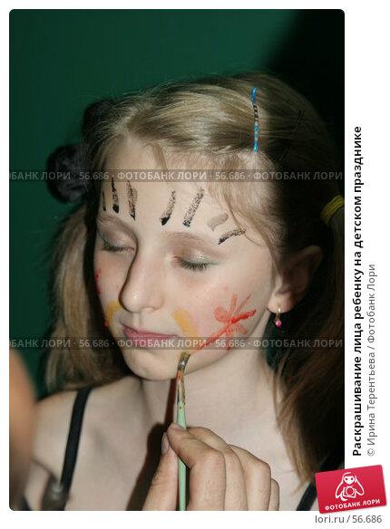 Раскрашивание лица ребенку на детском празднике, эксклюзивное фото № 56686, снято 11 сентября 2005 г. (c) Ирина Терентьева / Фотобанк Лори
