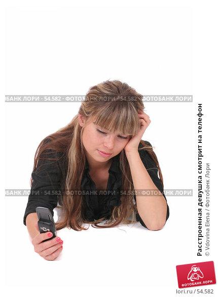 Расстроенная девушка смотрит на телефон, фото № 54582, снято 25 мая 2007 г. (c) Vdovina Elena / Фотобанк Лори