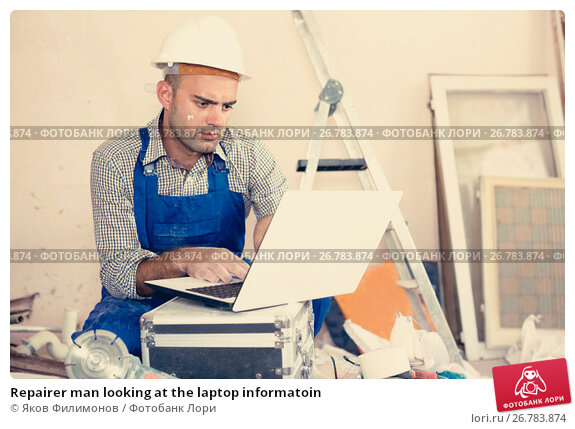 Repairer man looking at the laptop informatoin, фото № 26783874, снято 18 мая 2017 г. (c) Яков Филимонов / Фотобанк Лори