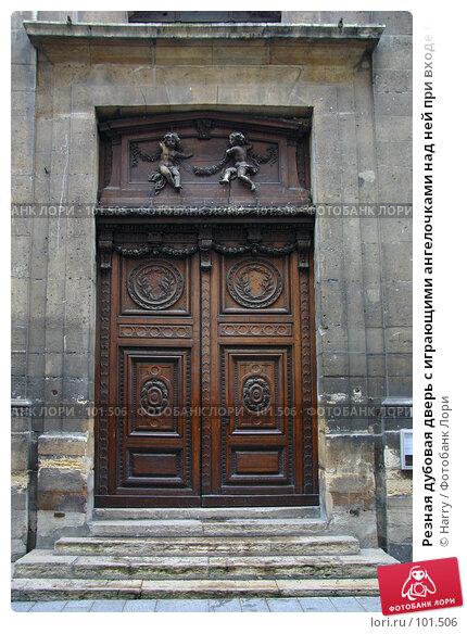 Резная дубовая дверь с играющими ангелочками над ней при входе в старинный дом в Париже, Франция, фото № 101506, снято 22 февраля 2006 г. (c) Harry / Фотобанк Лори