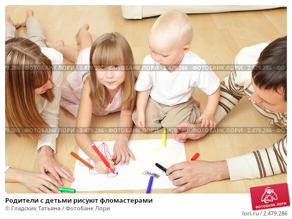 Купить «Родители с детьми рисуют фломастерами», фото № 2479286, снято 5 октября 2009 г. (c) Гладских Татьяна / Фотобанк Лори