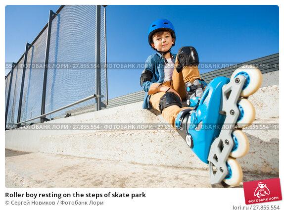 Купить «Roller boy resting on the steps of skate park», фото № 27855554, снято 14 октября 2017 г. (c) Сергей Новиков / Фотобанк Лори