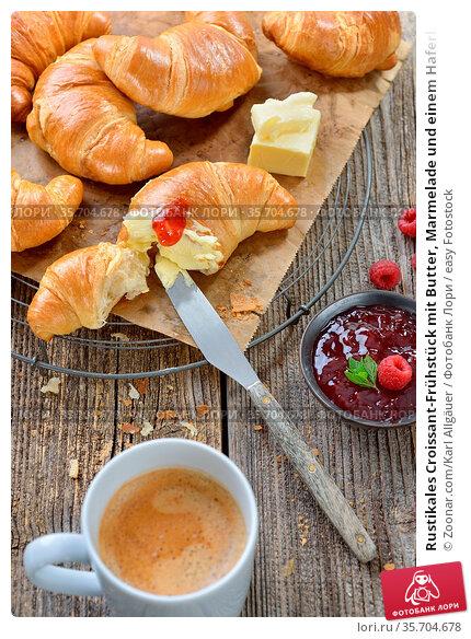 Rustikales Croissant-Frühstück mit Butter, Marmelade und einem Haferl... Стоковое фото, фотограф Zoonar.com/Karl Allgäuer / easy Fotostock / Фотобанк Лори