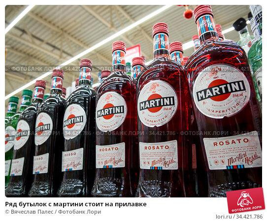 Ряд бутылок с мартини стоит на прилавке. Редакционное фото, фотограф Вячеслав Палес / Фотобанк Лори