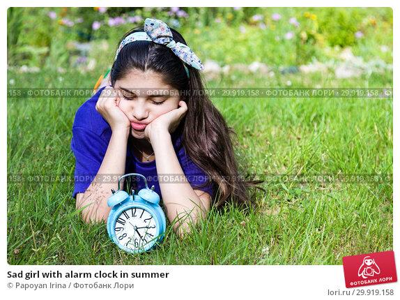 Купить «Sad girl with alarm clock in summer», фото № 29919158, снято 18 июля 2018 г. (c) Papoyan Irina / Фотобанк Лори