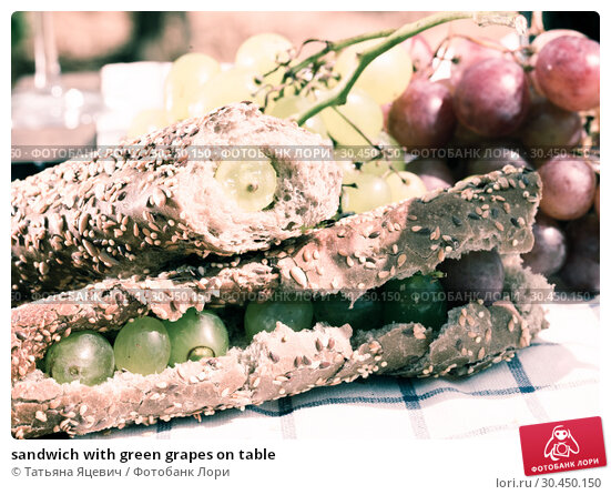 sandwich with green grapes on table. Стоковое фото, фотограф Татьяна Яцевич / Фотобанк Лори