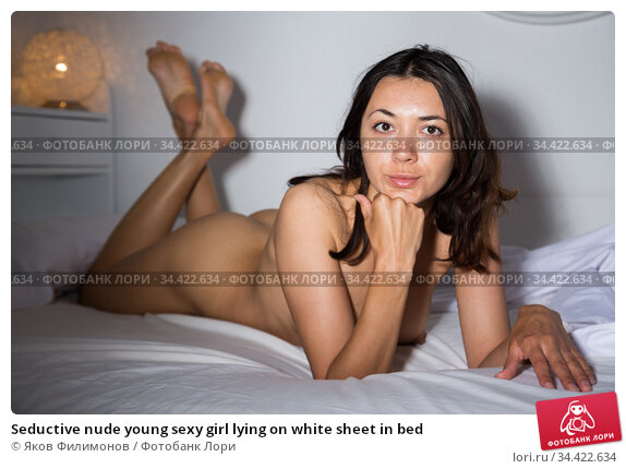 Seductive nude young sexy girl lying on white sheet in bed. Стоковое фото, фотограф Яков Филимонов / Фотобанк Лори