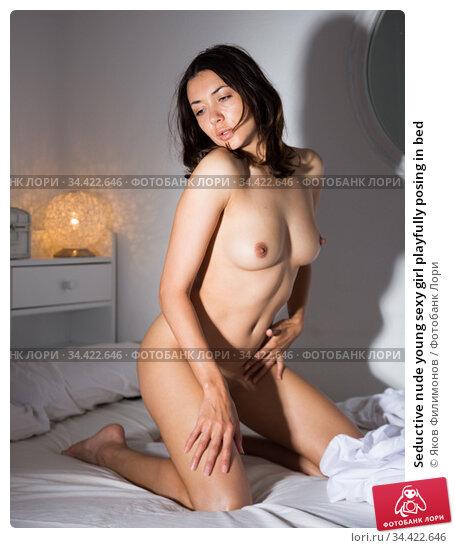Seductive nude young sexy girl playfully posing in bed. Стоковое фото, фотограф Яков Филимонов / Фотобанк Лори