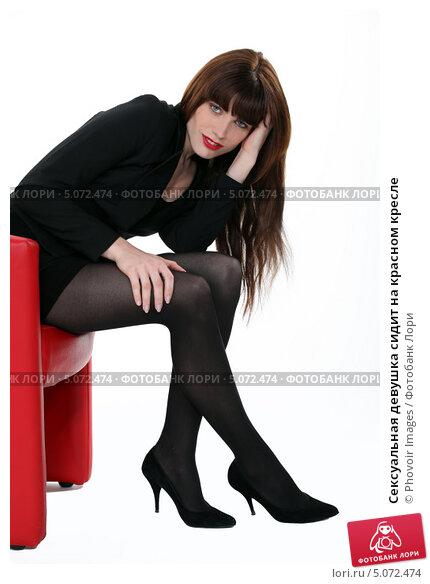 Сексуальная девушка в красном кресле
