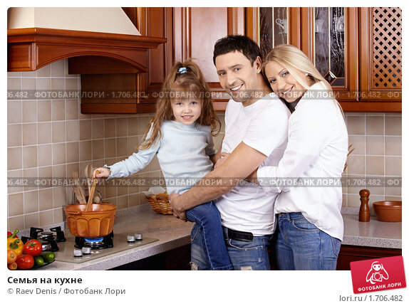 Купить «Семья на кухне», фото № 1706482, снято 3 апреля 2010 г. (c) Raev Denis / Фотобанк Лори