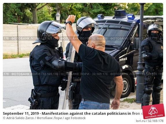 Купить «September 11, 2019 - Manifestation against the catalan politicians in fron of the Catalonia Parliament in Barcelona.», фото № 32169178, снято 11 сентября 2019 г. (c) age Fotostock / Фотобанк Лори