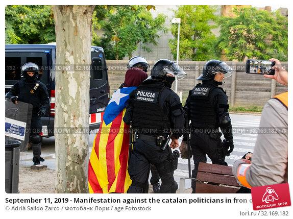 Купить «September 11, 2019 - Manifestation against the catalan politicians in fron of the Catalonia Parliament in Barcelona.», фото № 32169182, снято 11 сентября 2019 г. (c) age Fotostock / Фотобанк Лори