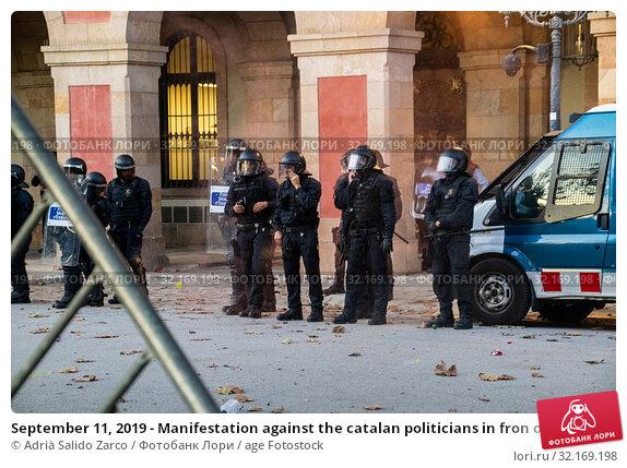 Купить «September 11, 2019 - Manifestation against the catalan politicians in fron of the Catalonia Parliament in Barcelona.», фото № 32169198, снято 11 сентября 2019 г. (c) age Fotostock / Фотобанк Лори