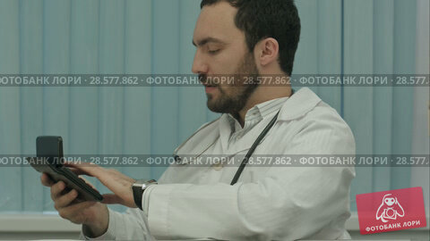 Купить «Serious male doctor focus on calculation of costs and revenues», видеоролик № 28577862, снято 24 ноября 2015 г. (c) Vasily Alexandrovich Gronskiy / Фотобанк Лори