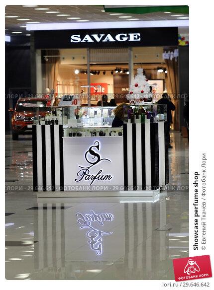 Купить «Showcase perfume shop», фото № 29646642, снято 2 января 2018 г. (c) Евгений Ткачёв / Фотобанк Лори