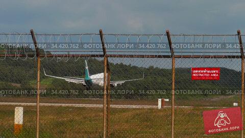 Silkair Boeing 737 approaching before landing. Редакционное видео, видеограф Игорь Жоров / Фотобанк Лори