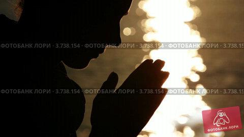 Купить «Силуэт женщины, держащей руки в намасте», видеоролик № 3738154, снято 19 июня 2011 г. (c) Losevsky Pavel / Фотобанк Лори