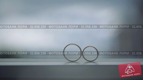 Silver Wedding Rings on the window with sunlights light flares macro closeup shoot diamon Jewellery. Стоковое видео, видеограф Aleksejs Bergmanis / Фотобанк Лори