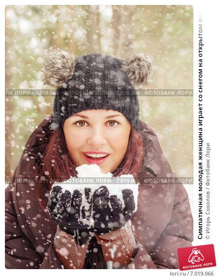 Симпатичная молодая женщина играет со снегом на открытом воздухе. Стоковое фото, фотограф Игорь Соколов / Фотобанк Лори