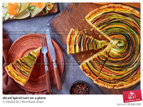 Купить «sliced Spiral tart on a plate», фото № 28843930, снято 19 июля 2018 г. (c) Oksana Zh / Фотобанк Лори