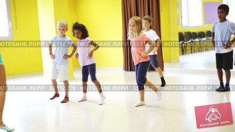 Купить «Smiling children dancing contemp in studio smiling and having fun», видеоролик № 33112770, снято 29 марта 2020 г. (c) Яков Филимонов / Фотобанк Лори