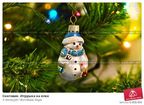Купить «Снеговик. Игрушка на ёлке», эксклюзивное фото № 6858454, снято 31 декабря 2014 г. (c) Dmitry29 / Фотобанк Лори