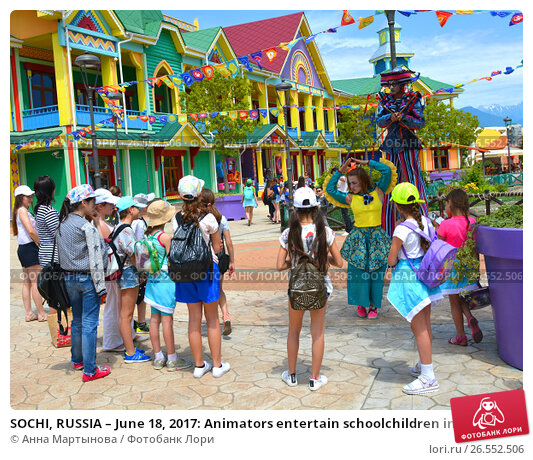 Купить «SOCHI, RUSSIA – June 18, 2017: Animators entertain schoolchildren in Sochi Park, which entered the TOP-25 of the best parks in Europe in 2016», фото № 26552506, снято 18 июня 2017 г. (c) Анна Мартынова / Фотобанк Лори