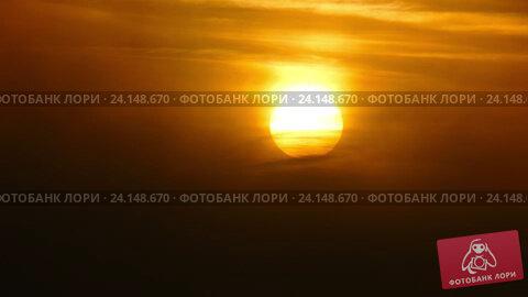 Купить «Солнце встает в тумане, timelapse», видеоролик № 24148670, снято 27 октября 2016 г. (c) Михаил Коханчиков / Фотобанк Лори
