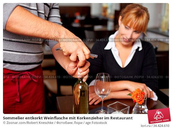 Sommelier entkorkt Weinflasche mit Korkenzieher im Restaurant. Стоковое фото, фотограф Zoonar.com/Robert Kneschke / age Fotostock / Фотобанк Лори